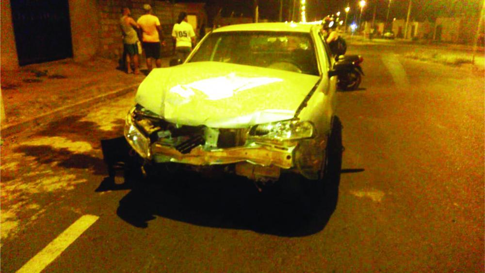 Frente do carro ficou destruída após atingir a motocicleta - Foto: Juliano Carlos