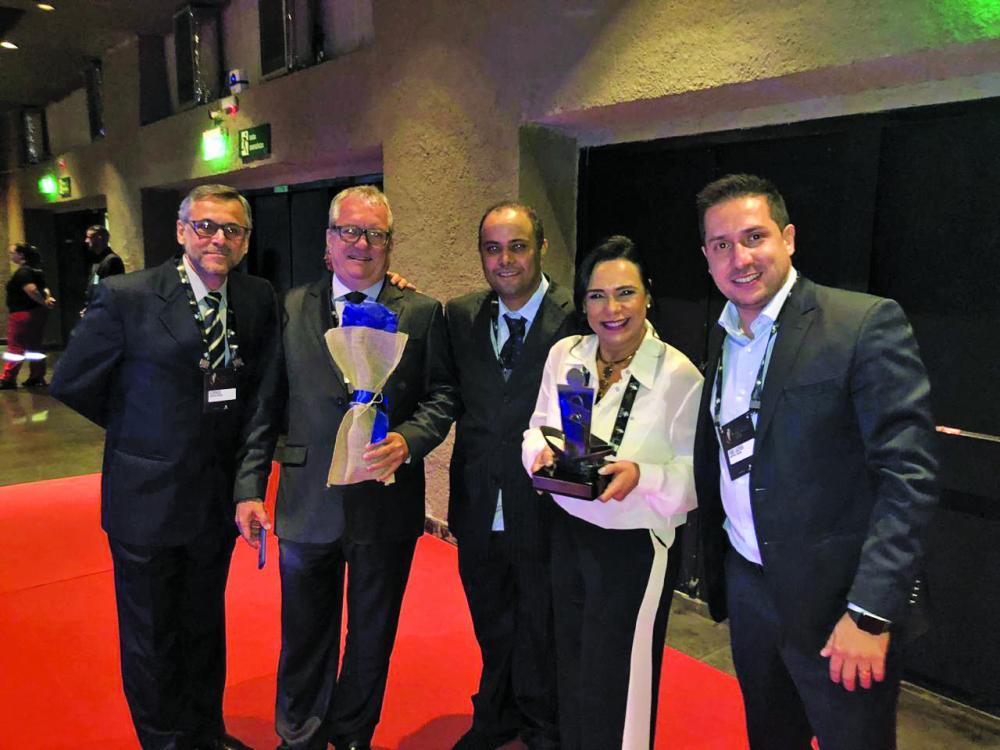Gerentes do Shopping Uberaba, Lucy Jardim (Marketing) e Marcelo Paiva (Operações) recebem o prêmio da Abrasce acompanhados dos publicitários Florêncio Borges e Fábio Lacerda