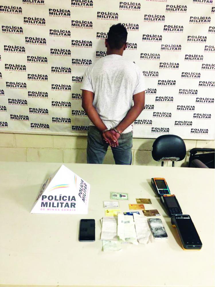 Cartões de crédito, máquinas e documentos foram apreendidos com o acusado - Foto: Juliano Carlos