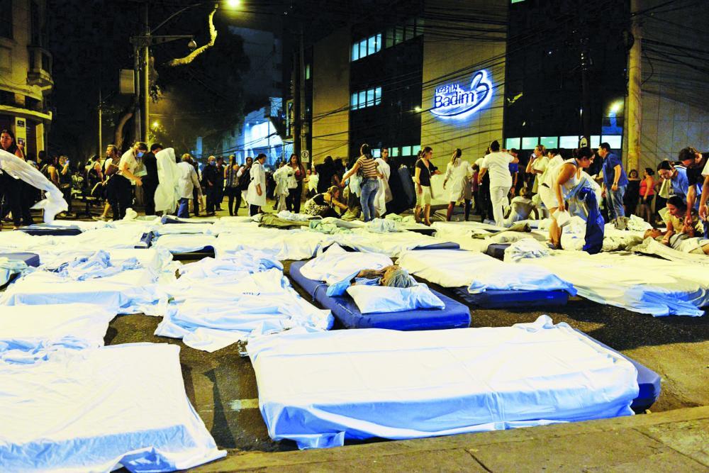 Incêndio no hospital Badim na Tijuca na Rua São Francisco Xavier pacientes são evacuados, camas chegaram a ser montadas no meio da rua, na noite desta quinta-feira (12) no Rio de Janeiro - Foto: Celso Pupo/Fotoarena