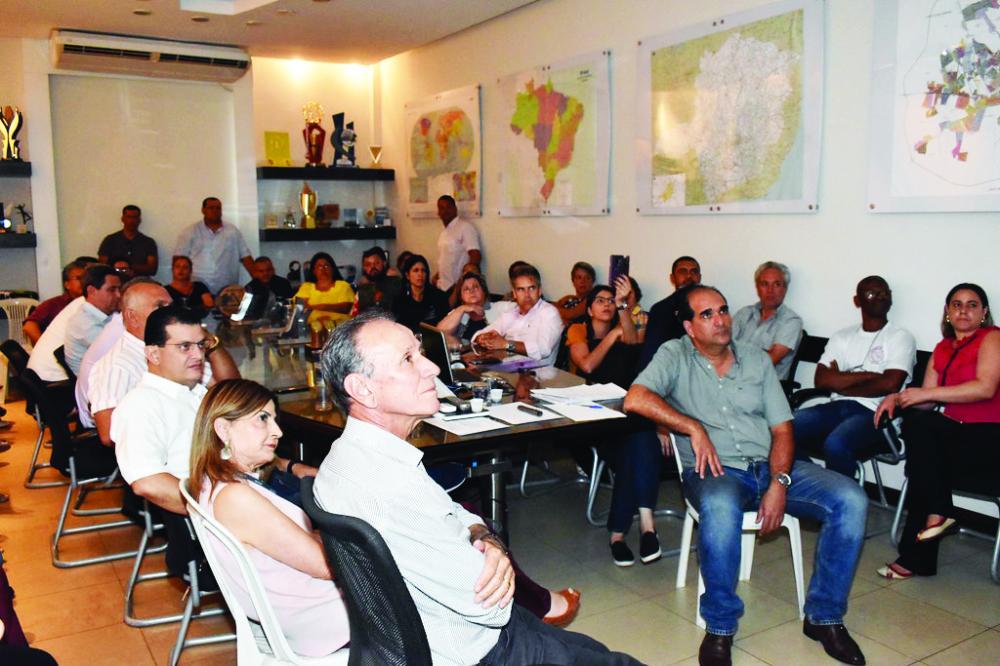 Prefeito Paulo Piau recebeu vereadores e representantes de entidades beneficiadas - Foto: Marco Aurélio/PMU