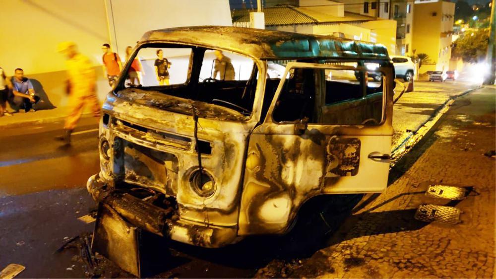 Veículo foi consumido pelas chamas na noite de sexta-feira