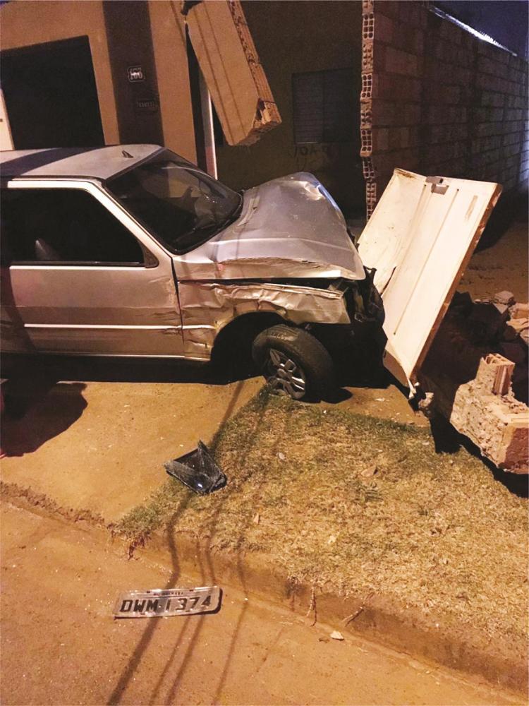 Frente do carro e muro da casa ficaram destruídos - Fotos: Juliano Carlos