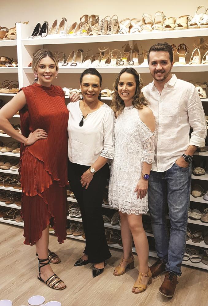Lumi Machado Ito e Leandro Eduardo de Oliveira, anfitriões do Lançamento Constance Verão 2020 com a designer de moda Sarah Machado e a gestora de marketing do Shopping Uberaba Lucy Jardim