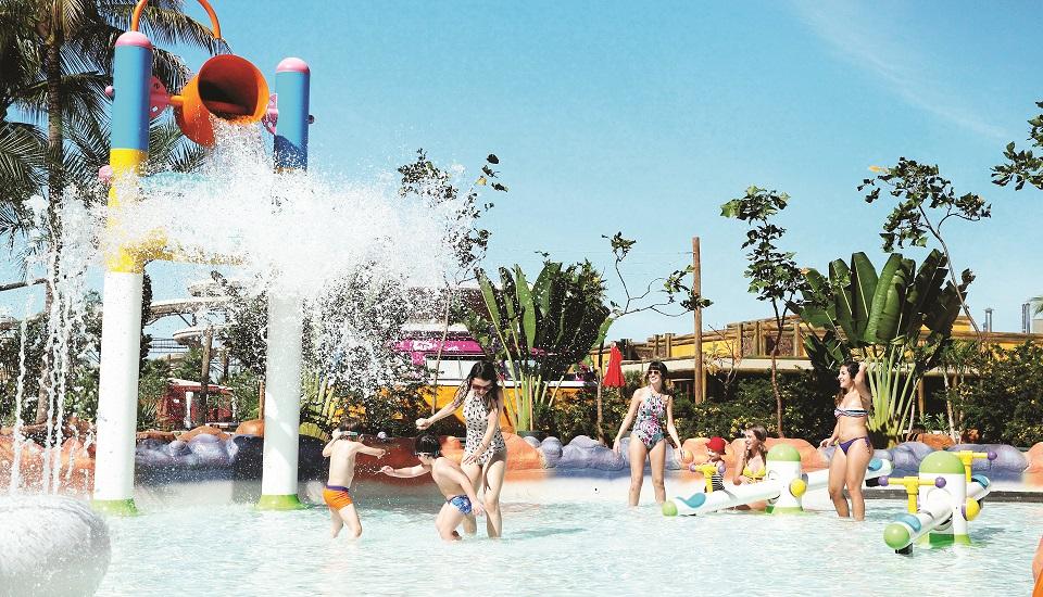 Resort e parque aquático são estruturados para receber os pequenos, que curtem com segurança os brinquedos e as piscinas de água quente