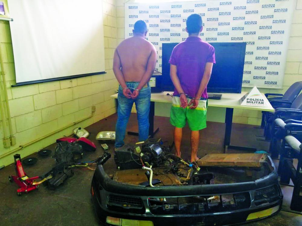 Peças do carro furtado foram apreendidas com os suspeitos - Foto: Juliano Carlos