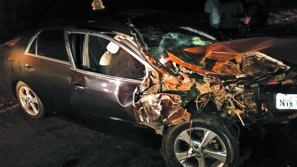 Frente do carro ficou destruída após a batida - Foto: Juliano Carlos
