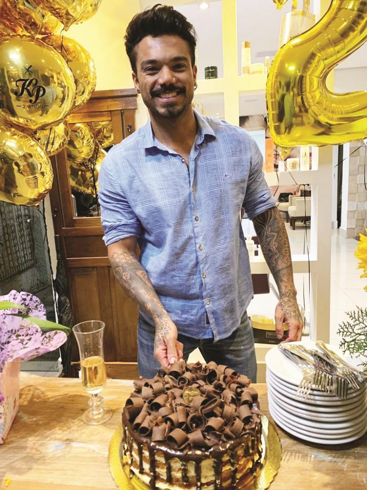 O super mago das loiras, Kayronn Paiva, comemorou 2 anos de sucesso do seu salão em grande estilo com direito a muito espumante e bolo