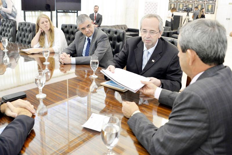 Documento foi entregue pelos secretários Otto Levy e Gustavo Barbosa, ao 1° vice-presidente da Assembleia Legislativa, deputado Antônio Carlos Arantes e ao 1º secretário da Casa, deputado Tadeu Martins Leite; também foram apresentadas propostas de revisão