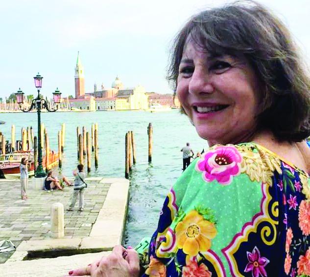 Maria da Graça de Paula retornou recentemente de um belo cruzeiro pelo Mediterrâneo (na foto em Veneza) e recebe, no dia de hoje, flores e homenagens pelo aniversário - Foto: Divulgação