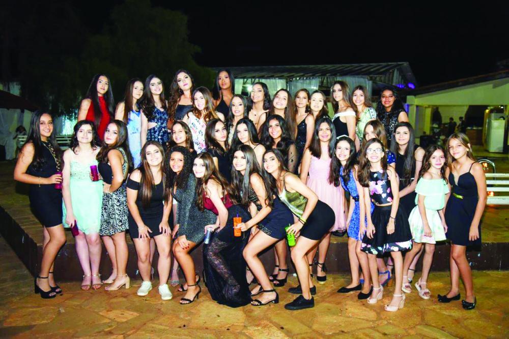 Julia Alcântara e suas amigas dançaram até o dia amanhecer em sua festa de debutante