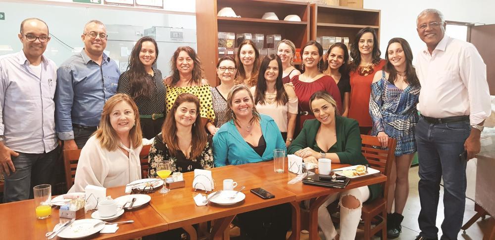 Coordenadoras Alê Roso e Vanessa Kimye com os profissionais e parceiros do LOFT IEATM Expocigra 2019, no brunch oferecido pela Revista Mulheres e Armazém Mais Brasil, na quarta-feira (25/09)