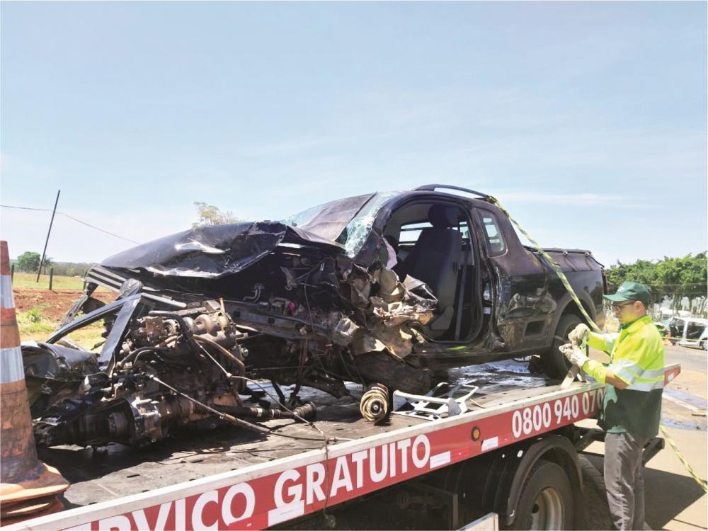Carros ficaram destruídos após o acidente: vendedor morreu após ser socorrido - Fotos: Juliano Carlos