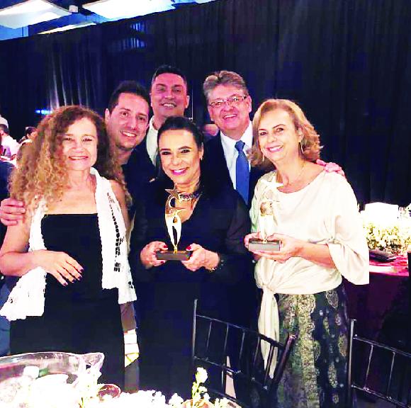 O Shopping Uberaba recebeu, na noite de quinta- feira através da TV Integração os troféus Top of Mind/2019 e Top dos Tops. Na foto os representantes do Shopping Guilherme Vilela, Rose Dutra, Lucy Jardim, Valéria R. da Cunha e os diretores da Solis Fábio L