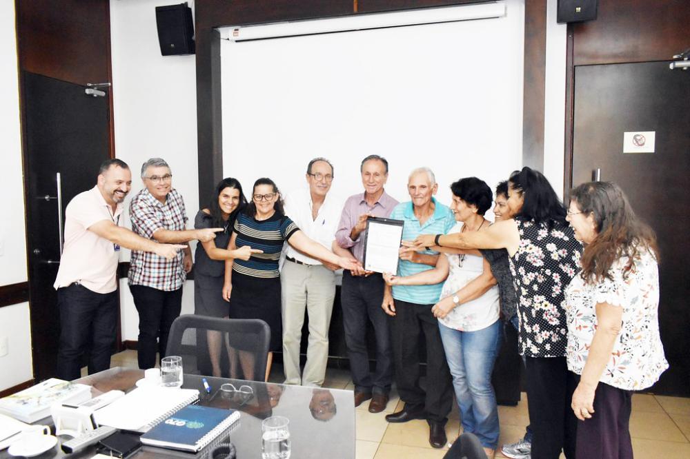 Prefeito Paulo Piau assina acordo com a Associação e entrega alvará da cozinha das Doceiras de Peirópolis - Foto: Neto Talmeli