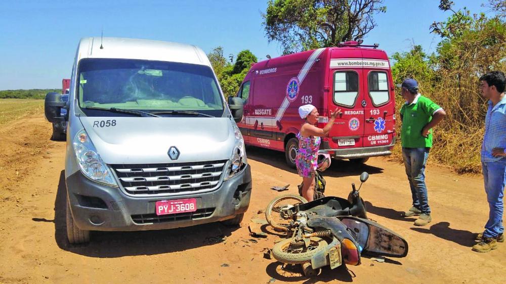 Motocicleta ficou danificada após a batida na área rural - Foto: Juliano Carlos