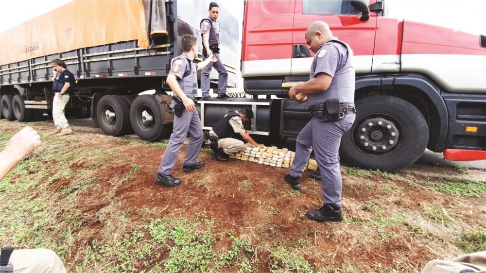Drogas foram encontradas no tanque de combustíveis do veículo - Foto: Sérgio Teixeira
