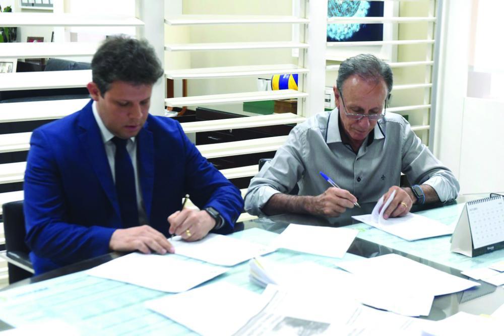 Prefeito Paulo Piau e presidente da Ceasa Minas, Guilherme Brant assinam convênio de transferência da Ceasa -Foto: André Santos/PMU