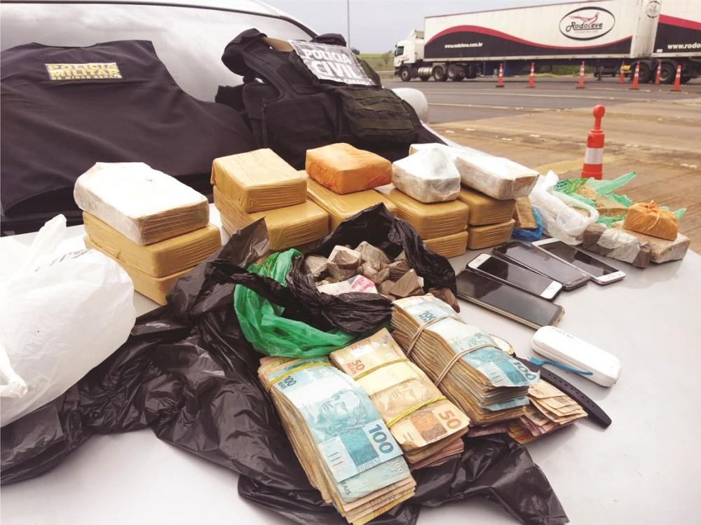 Drogas foram apreendidas em carro na BR-050 - Fotos: Juliano Carlos