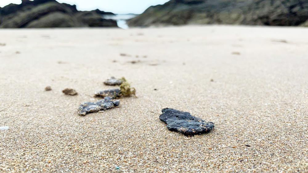 Em Piatã, as manchas ainda são pequenas e se assemelham ao tamanho de uma moeda; ao menos 19 praias foram contaminadas na Bahia - Foto: Victor Silveira/TV Bahia