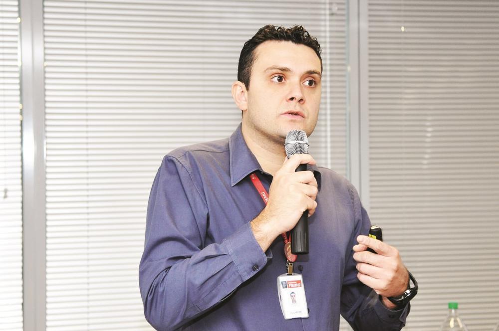 O analista de Meio Ambiente da Fiemg, Guilherme Zanforlin, modera um bate-papo entre os convidados do Seminário de Emergências Ambientais na 7ª ExpoCigra Fiemg - Fotos: Divulgação