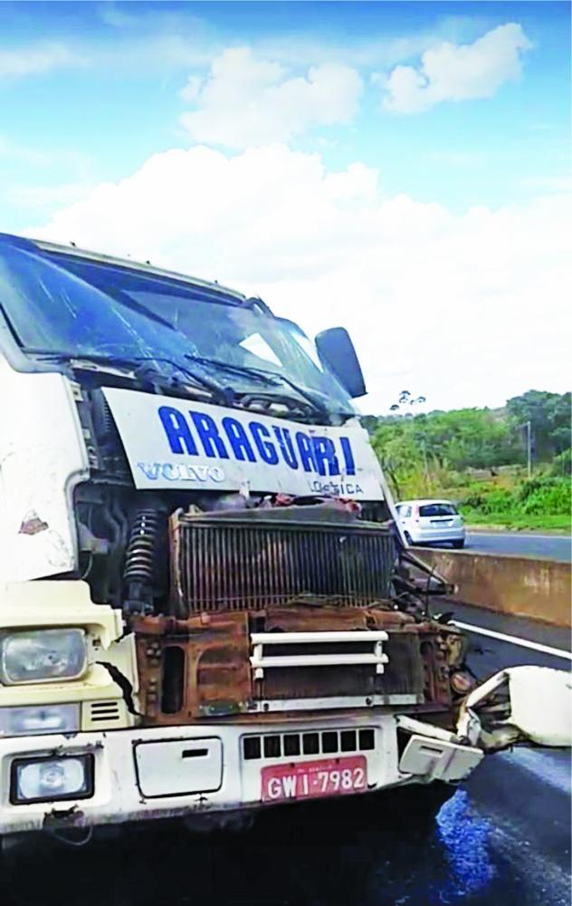 Cabine da carreta ficou destruída após o acidente