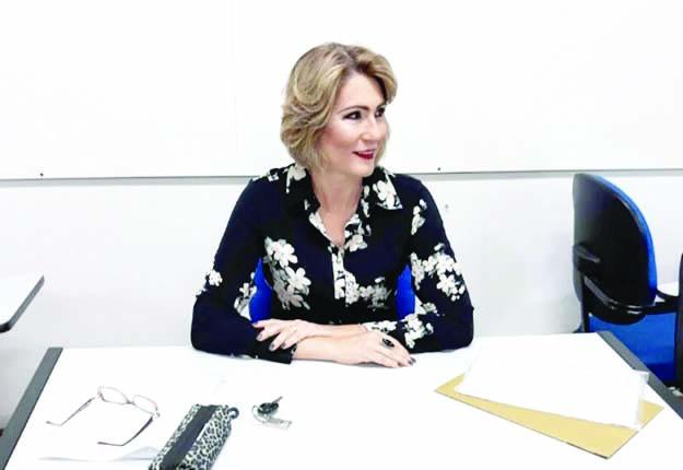 Advogada e professora universitária, Jussara Melo Pedrosa, cria fórmulas para ensinar cálculos à aluna cega - Foto: Divulgação