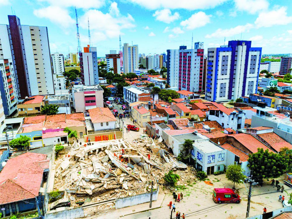 Imagem de drone mostra buscas em meio a destroços de prédio que desabou em Fortaleza - Foto: Gustavo Pollizzon/G1
