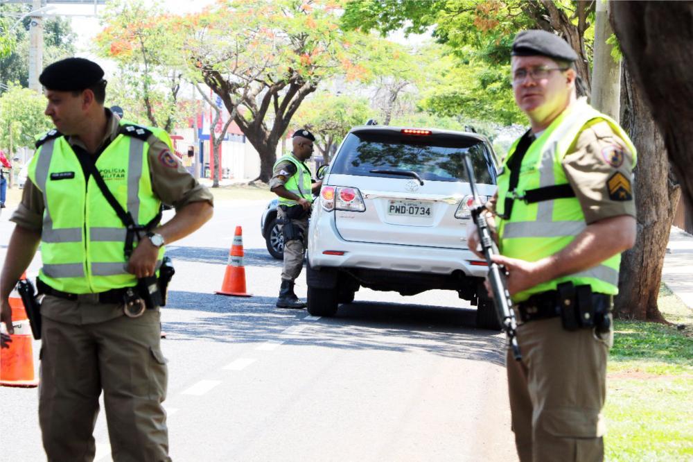Policiais realizaram várias abordagens durante todo dia ontem - Foto: Sérgio Teixeira