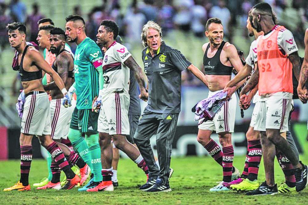 Jorge Jesus comemora com o grupo após vitória em Fortaleza - Foto: Pedro Martins/Foto FC