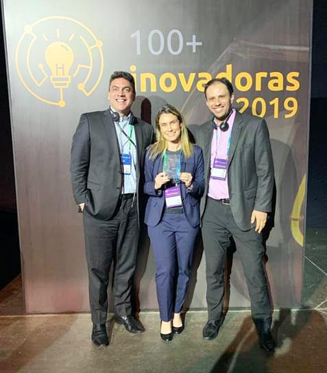 Os associados da Algar Telecom Wendel Vicente, Melissa Kfouri e Guilherme Rela durante a premiação
