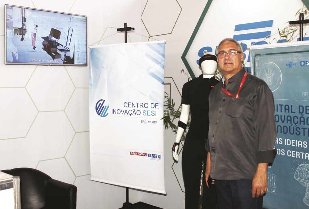 O instrutor da mostra do centro de Inovação em Ergonomia do Sesi de Belo Horizonte, Eduardo Assis, fez demonstração aos visitantes da ExpoCigra Fiemg - Foto: Divulgação