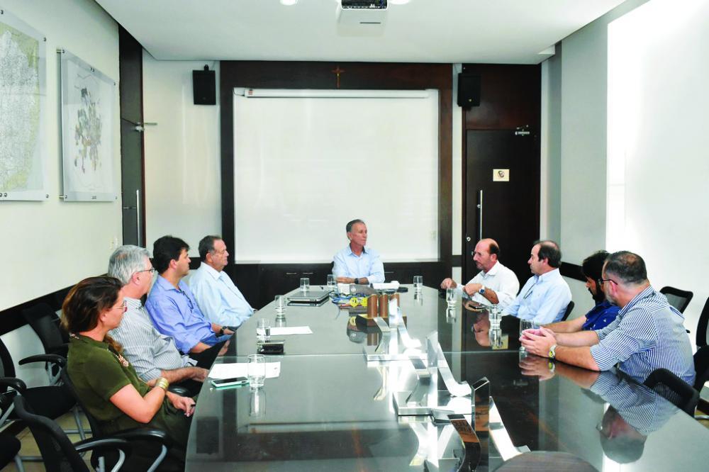 Prefeito Paulo Piau discute estratégias para iluminação pública com representantes de classes - Foto: Marco Aurélio/PMU