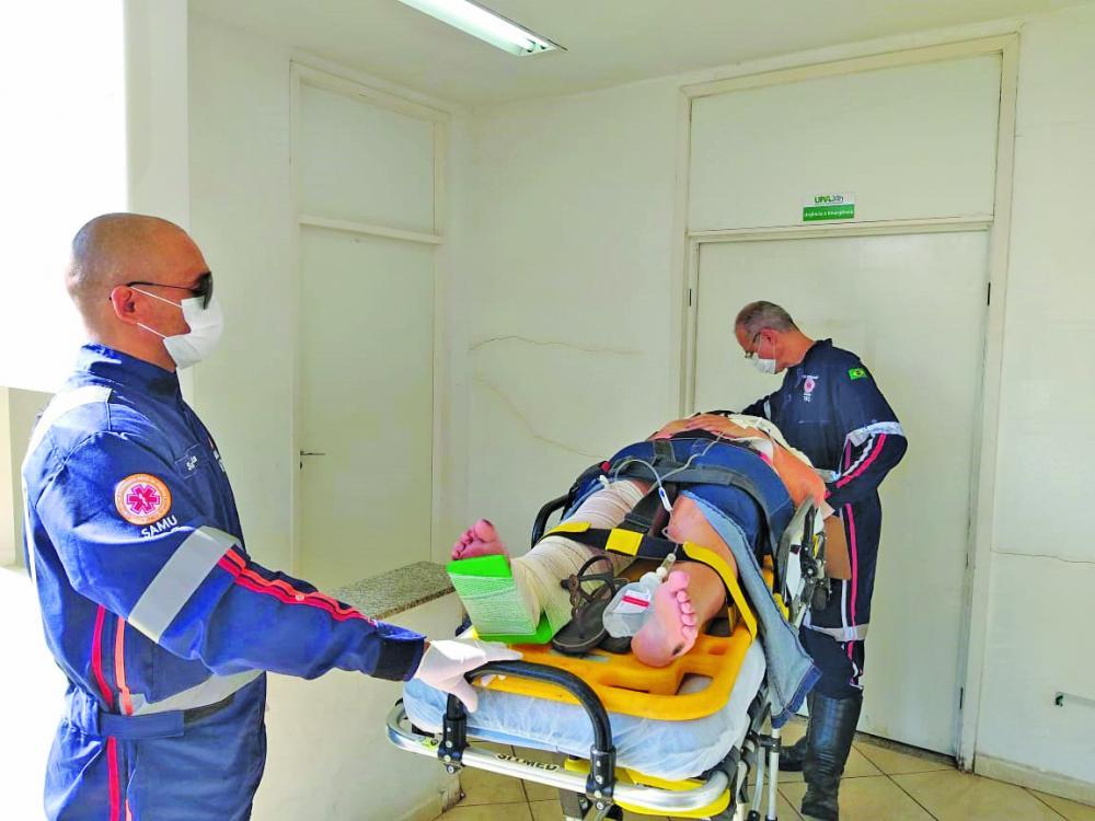 Vítima foi socorrida pelo Samu após a batida - Foto: Juliano Carlos
