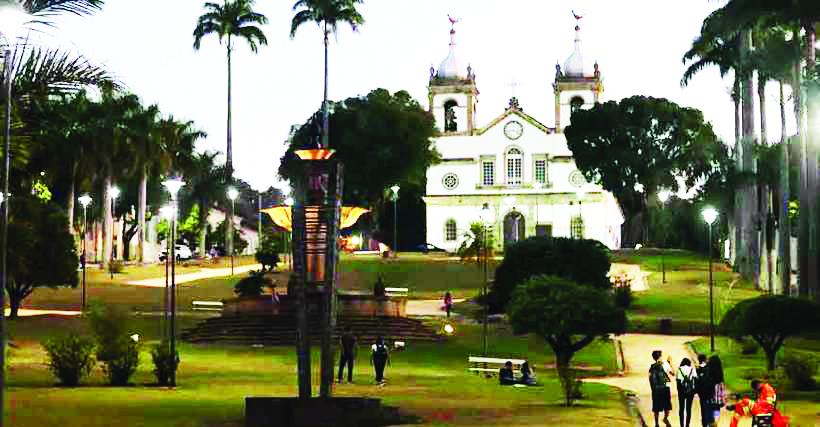 No alto da praça está a Matriz Nossa Senhora da Conceição, de 1928. Ao lado, o Centro Cultural Cazuza - Foto: Renan Damasceno/EM