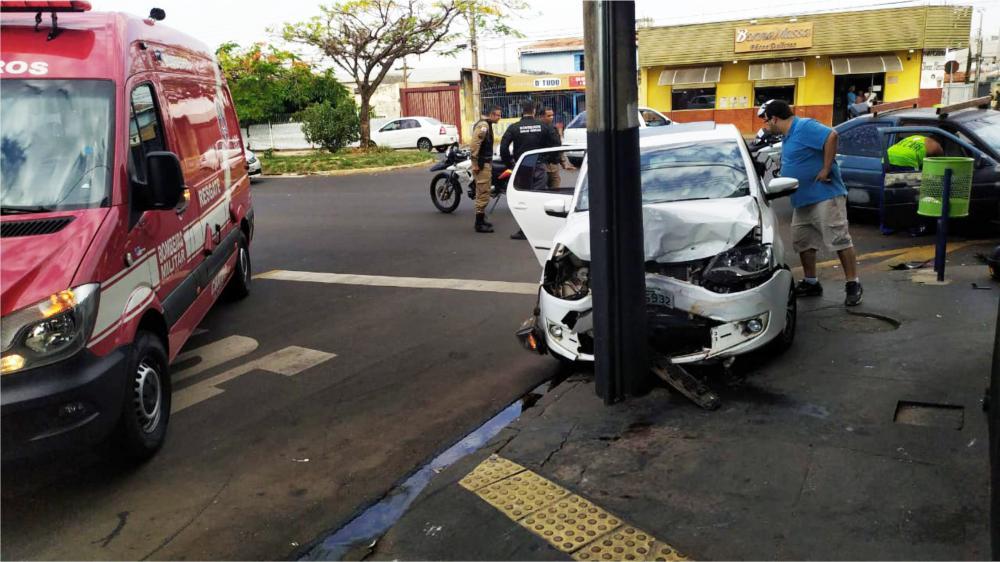 Carro ficou com a frente danificada após o acidente - Foto: Juliano Carlos
