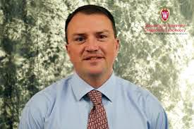 Keith Poulsen é Ph.D. pela Universidade de Wisconsin e coordenador de um dos maiores laboratórios de veterinária dos Estados Unidos