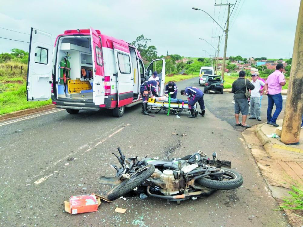 Mulher foi socorrida pelo Samu em estado grave: traseira do veículo ficou destruída - Fotos: Juliano Carlos