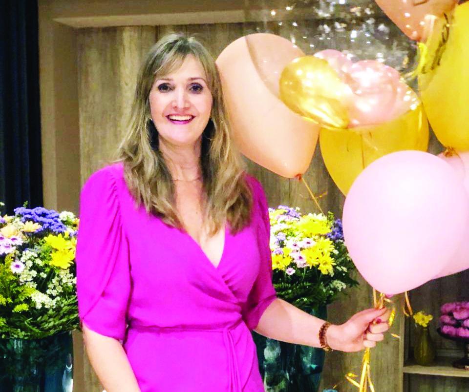 """Pherla Fischer Zucato, a elegante anfitriã da tarde do último sábado, nas comemorações do """"Brunch das Luluzinhas"""", no Condomínio Flamboyant II"""