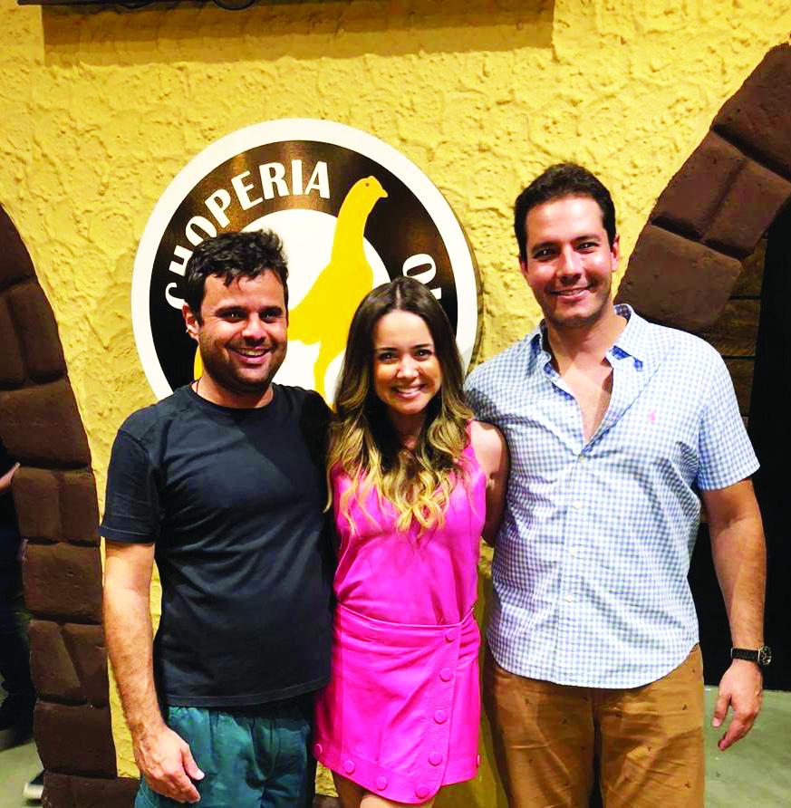 Leonardo Moura, Paulinha Prado e Renzo Dornfeld comemoraram o aniversário na choperia Galo de Ouro cercado de dezenas de amigos