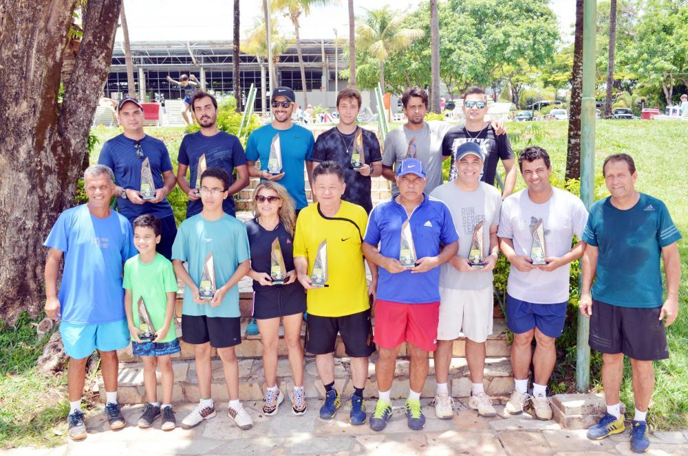Diretor de tênis do UIC, Roberto Fernandes e professor Júnior com os tenistas premiados na etapa Masters - Foto: Mauro Costa/UIC