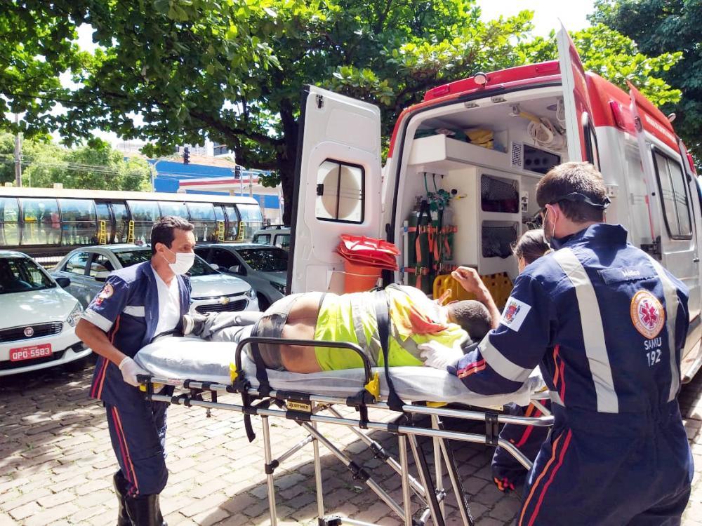 Vítima foi socorrida com a faca cravada no corpo - Fotos: Juliano Carlos