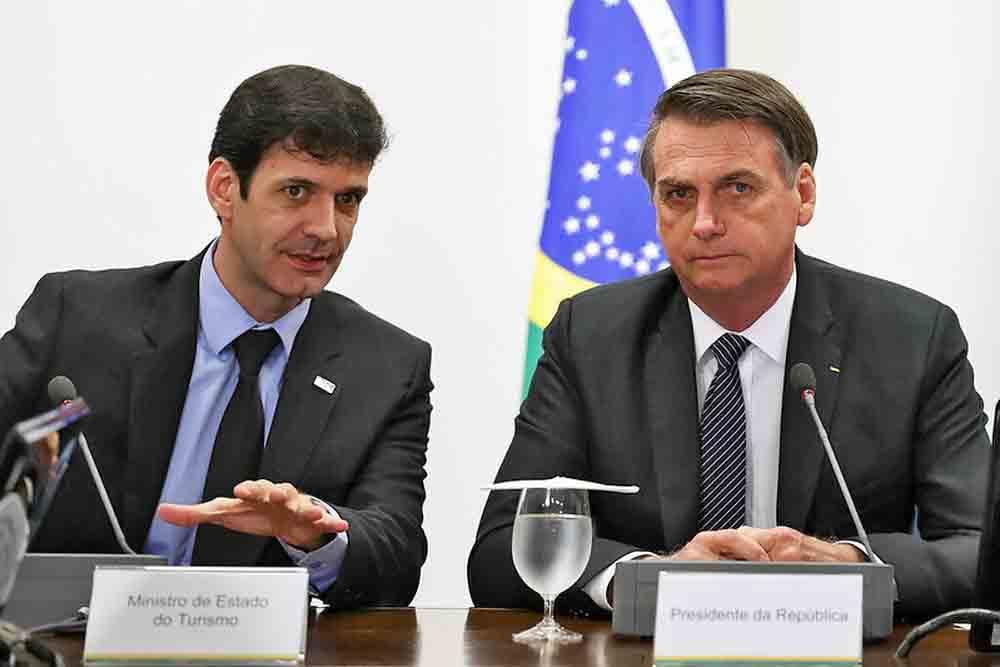 Ministro do Turismo, Marcelo Álvaro Antônio (à esquerda), e presidente Jair Bolsonaro em reunião em Brasília, em 4 de abril - Foto: Marcos Correa/Presidência da República
