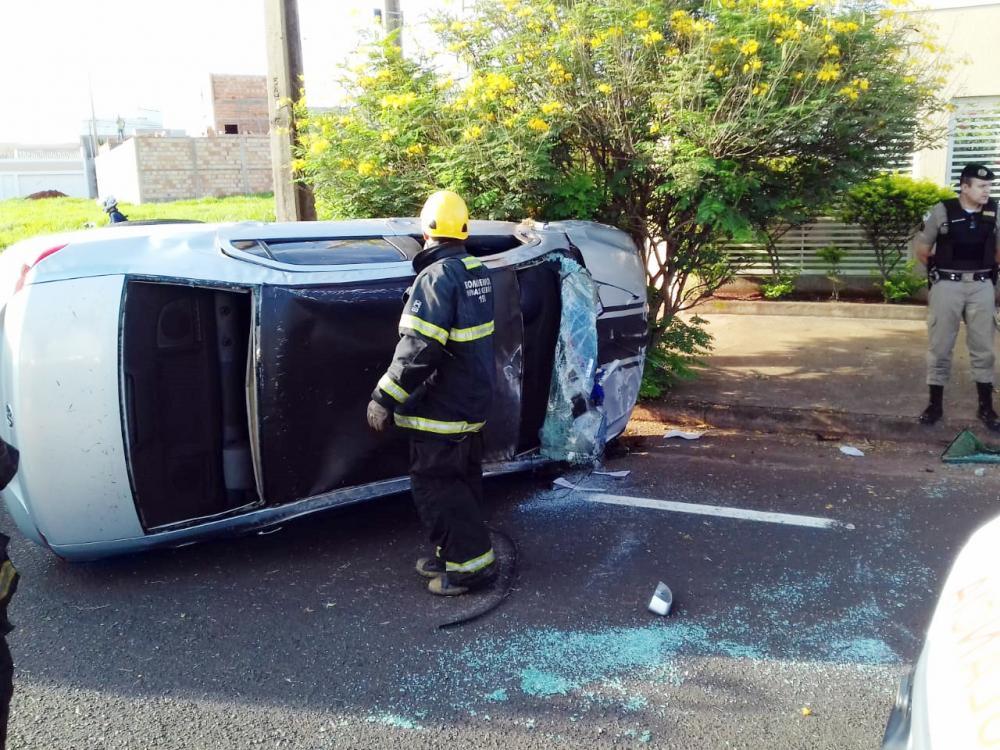 Carro ficou destruído após o acidente: Vítima foi socorrida por Bombeiros e Samu