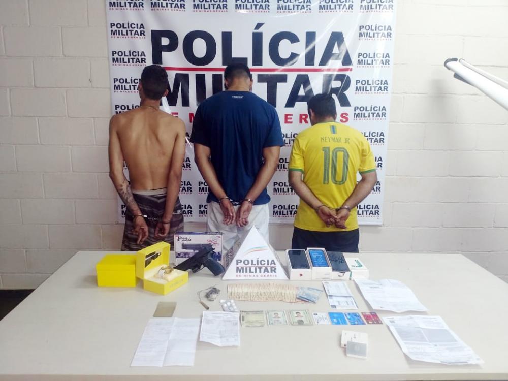 Materiais e réplica de arma foram apreendidos com os suspeitos