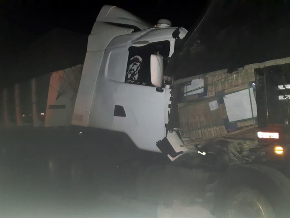 Cabine da carreta ficou destruída - Fotos: Juliano Carlos