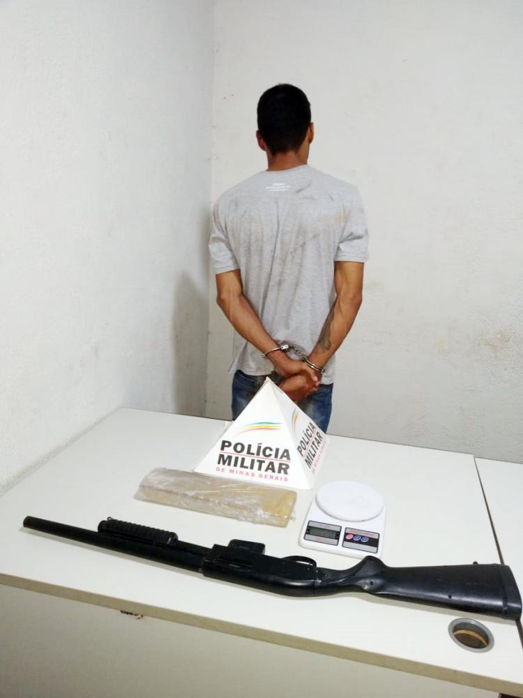 Drogas e uma réplica de espingarda foram encontradas com o acusado