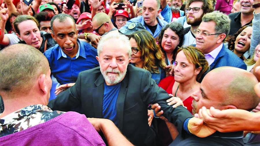 O ex-presidente Lula é cercado por apoiadores ao deixar a prisão em Curitiba - Foto: Denis Ferreira Neto