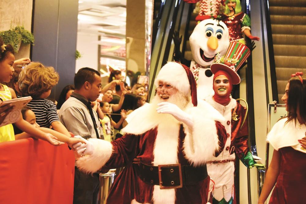 O Papai Noel chegou, em clima de total magia, no último sábado, no Shopping Uberaba, que lançou também a sua promoção de Natal e vai entregar dois carros 0km - Foto: Divulgação