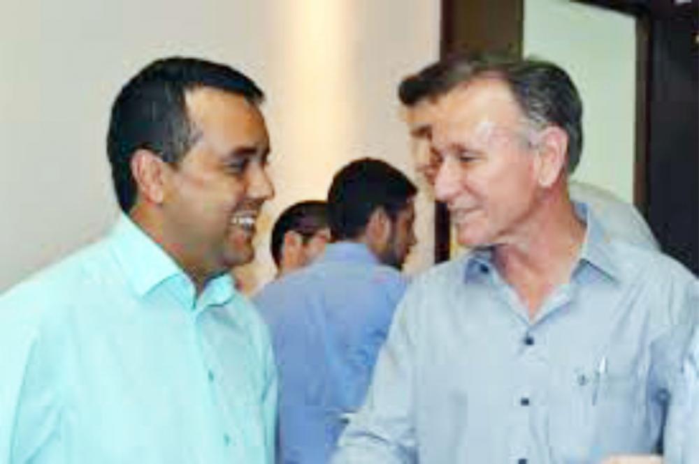 Vereador Almir Silva e Prefeito Paulo Piau anunciam melhoria na iluminação da Av. Elias Cruvinel - Foto: Arquivo JU